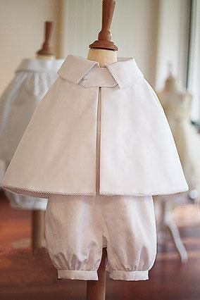 Cape de baptême bébé garçon coton blanc Fil de Légende. Magasin vêtements de baptême Paris, Neuilly-sur-Seine. Envois dans toute la France.