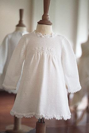 Robe baptême automne hiver bébé fille lainage blanc Pauline Fil de Légende. Magasin vêtements baptême Paris, Neuilly-sur-Seine. Envois dans toute la France, en Europe et dans le monde.