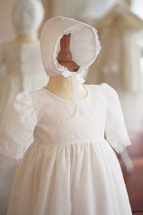 Bonnet bapteme bebe dentelle de Chantilly. Modèle béguin bapteme Sixtine, Fil de Légende. Magasin vêtements baptême bébé  Paris, Neuilly-sur-Seine