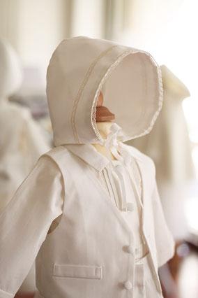 Bonnet baptême bébé garçon coton et dentelle de coton blanc. Modèle béguin baptême bébé Oscar, Fil de Légende. Magasin vêtements baptême bébé Paris, Neuilly-sur-Seine. Envois dans toute la France et à l'international.