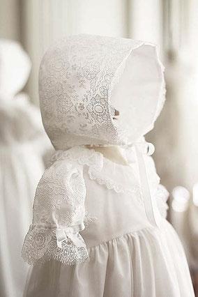 Béguin de baptême bébé en dentelle. Bonnet de baptême modèle Sofia Fil de Légende. Magasin vêtements de baptême Paris, Neuilly-sur-Seine. Envoi dans la France, en Europe et dans le monde.
