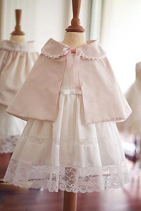 Cape baptême bébé taffetas rose poudrée. Fait-main dans l'atelier Fil de Légende à Neuilly-sur-Seine. Envois dans toute la France.
