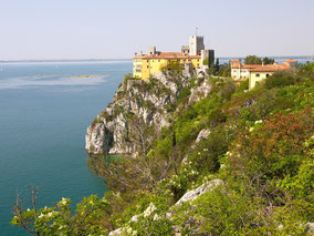 MAG Lifestyle Magazin Reisen Urlaub Italien Adria Schlösser Kunst Kultur Kulinarik Duino Castello Dama bianca