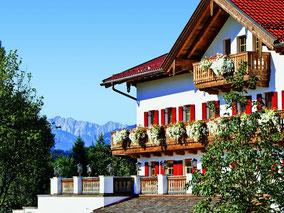 MAG Lifestyle Magazin Kulinarik Deutschland Bayern Chiemgau Das Achental Luxus Resort Gourmetrestaurant ES:SENZ Sternekoch Edip Sigl