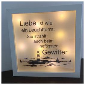 LED Bilderrahmen, LED mit verschiedenen Texten, LED Bilderrahmen - Liebe ist wie ein Leuchtturm: Sie strahlt auch beim heftigsten Gewitter