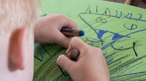 LichtwarkSchule: Kunst an Stadtteilschulen - Kleiner Künstler malt. Foto: Reimar Palte