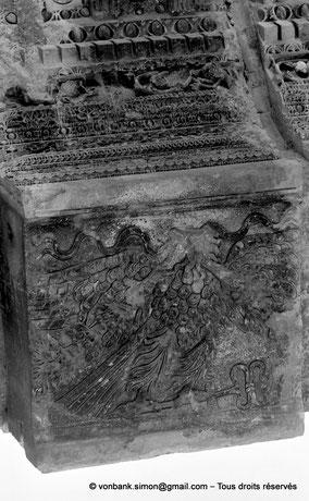 Baalbek : Temple de Bacchus - Clé de voûte du linteau de la porte d'entrée du pronaos