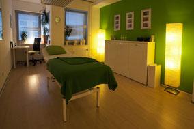 Lasen Sie sich in individuell eingerichteten Räumen behandeln. Gesundheit im grünen Bereich.