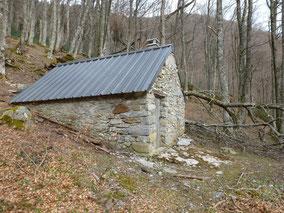 Le toit est réparé, mais du bois tombe encore !