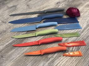 Messer in unterschiedlichen Größen und Farben