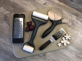 Tonplatte mit Pizzaschneider, Teiroller und Reibe
