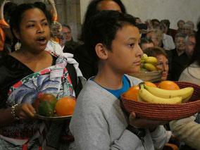 Procession des offrandes, en signe de FRATERNITE entre les peuples, dans l'Esprit de Pentecôte