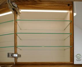 Glasfachböden in Spiegelschrank Holz, doppelt verspiegelte Spiegelschranktüren, Waschtisch Eiche mit in Wand eingelassenen Spiegelschrank, 3-türiger Eichen Spiegelschrank mit auf Gehrung gefertigten Spiegelschrankrahmen, Spiegelschrank & LED Beleuchtung