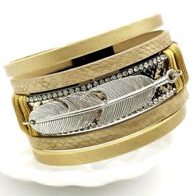 bracelet-manchette en cuir coloris or avec sa breloque plume argenté
