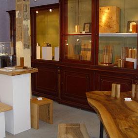 Holzkünstler und Kunsttischler Michael Beständig in seinem Showroom in Bregenz vor der Ausstellung von edlen Pfeffermühlen