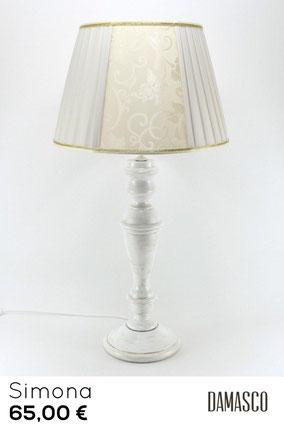 lampada da tavolo in vero legno. Finitura vintage e paralume classico.