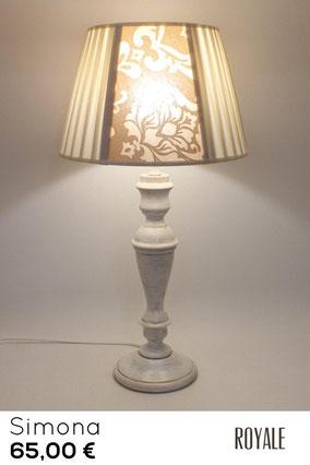 Lampada da tavolo in legno finitura vintage, con paralume classico.