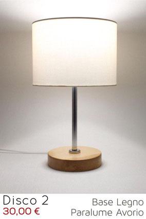 Lampada da comodino moderna in legno naturale con paralume cilindro.