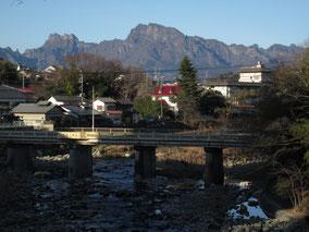妙義山と碓氷川 夏にはアユの簗場も