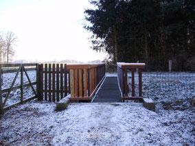 Eine Brücke verbindet die Wanderwege