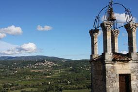 Bild: Glockenturm in Lacoste mit Sicht auf Bonnieux