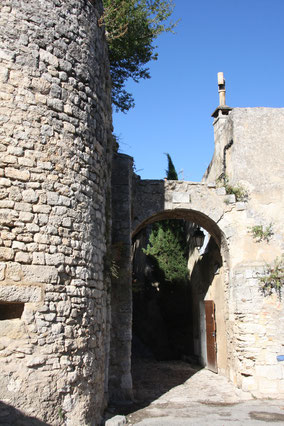 Bild: runder Turm in Lacoste