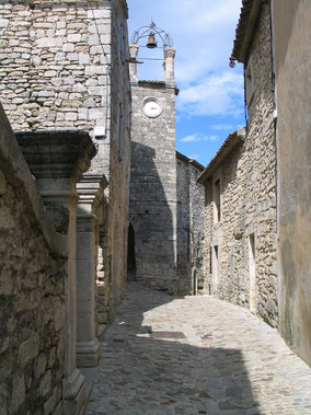 Bild: Lacoste mit Glocken- und Uhrturm