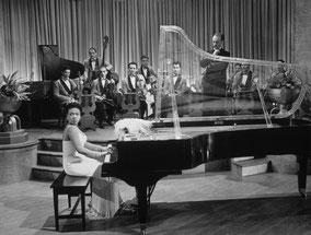 Hazel Scott, con acompañamiento de orquesta