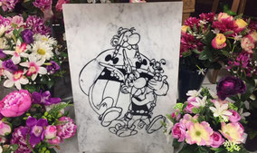 plaque-marbre-carrare-asterix-obelix-idefix-fleurs-artificelles