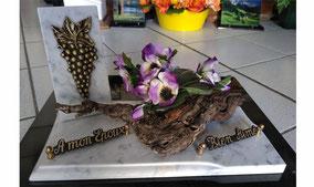 plaque-funeraire-theme-vigne-raisin-fleurs-artificielles-marbre-carrare
