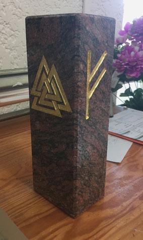 socle-granit-statue-runes-nordiques-obseques-funeraires