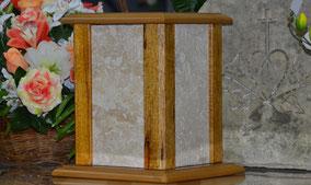 urne-cineraire-cube-colonne-travertin-chene-massif