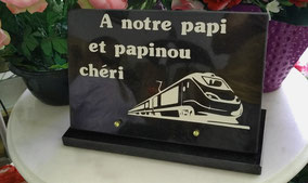 plaque-granit-personnalisee-train-tgv-peinture-blanche-pompes-funebres