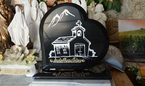 plaque-funeraire-coeur-granit-noir-chapelle-gravure-lettre-blanche