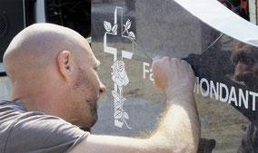 monument-funeraire-stele-gravure