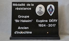 plaque-gravee-funeraire-personnalisee-gravure-blanche-lettres-decoration-militaire