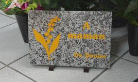 gravure-plaque-funeraire-jaune-peinture-muguet-fleur