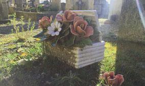 plaque-ceramique-panier-fleurs-croix-vase