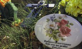 plaque-funeraire-croix-granit-granite-ceramique-fleurs-naturelles