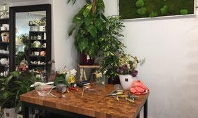composition-florale-fleurs-naturelles-ruban-decoration-anniversaire-deces