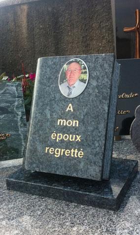 plaque-funeraire-livre-cimetiere