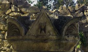 fronton-triangulaire-sculpture-funeraire-cimetiere-juif-orange