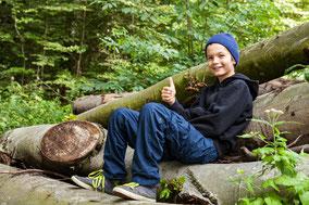 Urlaub Vater Sohn Wochenende Tirol Kitzbühel Vater Sohn Männers Baum Wald Stamm Natur Freiheit Wildnis