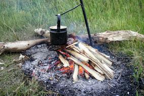Beim Lagerfeuer im Outdoor Survival Camp könnt ihr eure Vater und Sohn Sprüche klopfen