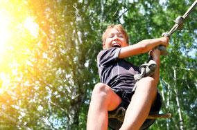 Urlaub Vater Sohn Wochenende Tirol Kitzbühel Vater Sohn Männers Lachen Schaukel Leistung