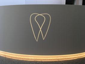 Logo hinterleuchtet Rezeption