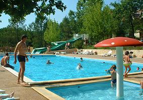 Grande piscine chauffée camping de l'Etang de Bazange en Dordogne Périgord toboggans aquatiques