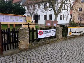 Eingang zur Freien Fröbelschule mit Hinweistafel