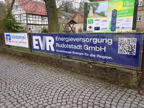 Eingang zur Freien Fröbelschule mit Fotowand im Hintergrund