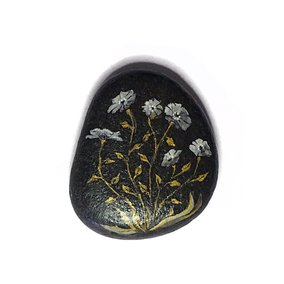 Fleurs acrylique blanc et or - galet noir - vernis satiné